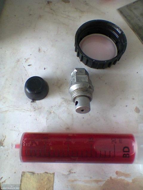 Заливная пробка и шприц с маслом коробки передач на Шевроле Ланос