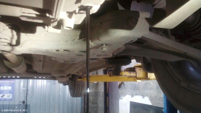 Слив отработанного масла с АКПП на Шевроле Кобальт