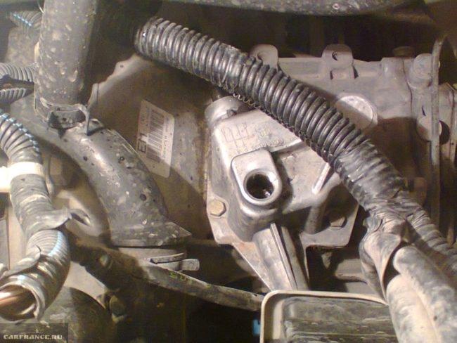 Отверстие для заливки масла в коробке передач на Шевроле Ланос