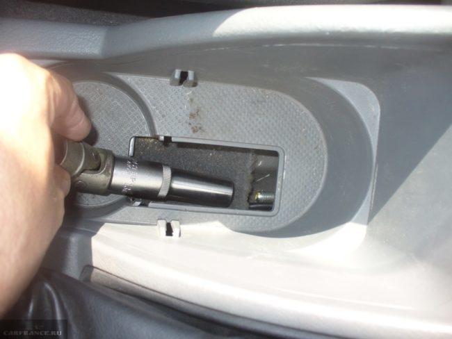 Регулируем натяжение тросика ручника из салона на Шевроле Лачетти