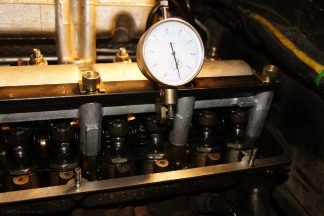 Процесс регулировки тепловых зазоров клапанов Нива Шевроле с помощью индикатора часового типа