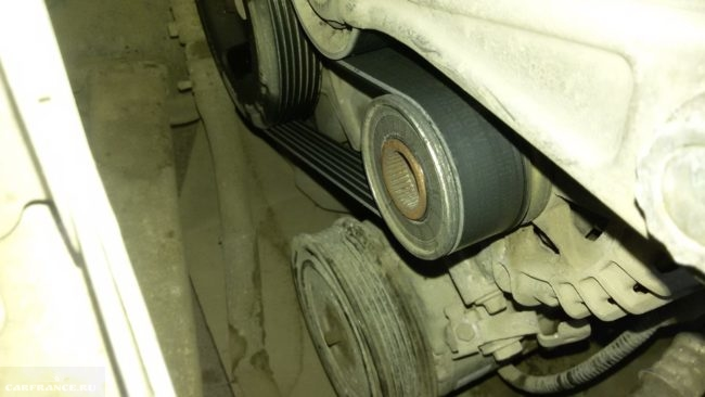 Укороченный ремень генератора на двигателе Пежо 308 под капотом