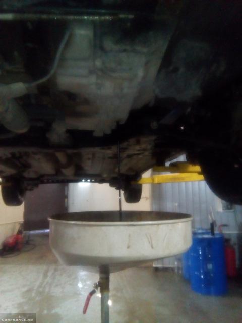 Открутили пробку на АКПП и сливаем масло на Шевроле Кобальт