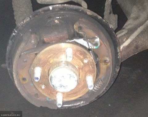 Задний тормозной барабан демонтирован на Шевроле Авео