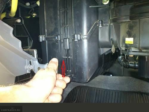Извлечение корпуса салонного фильтра на Шевроле Авео
