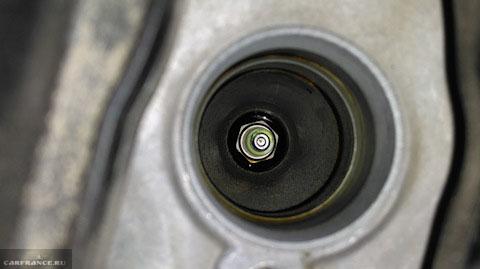 Свеча зажигания в колодце двигателя Лада Веста