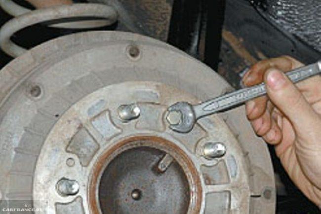 Процесс демонтажа болтов крепления тормозного барабана Нива Шевроле к задней полуоси