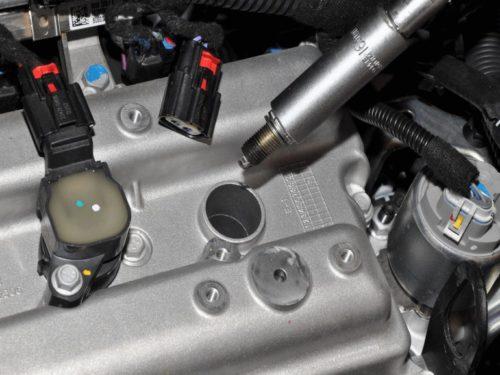 Демонтаж свечей зажигания на двигателе Шевроле Кобальт под капотом