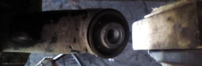 Сайлентблок задней балки вблизи на Шевроле Авео