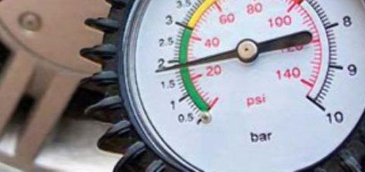 Замер давления в шине при помощи манометра