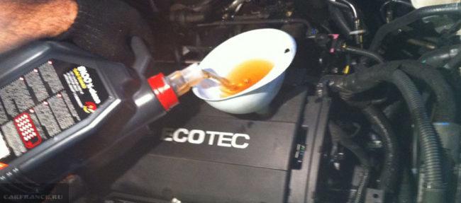 Заливка масла Motul X-clean 8100 5w40 в двигатель Шевроле Круз