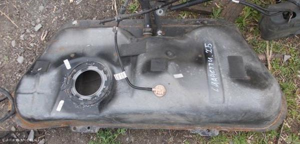 Демонтированный бензобак на Шевроле Лачетти