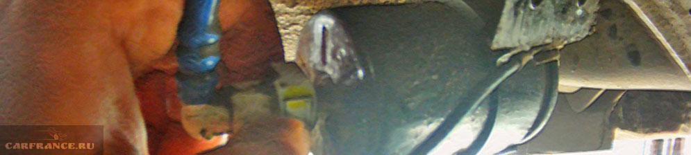 Демонтаж шлангов с топливного фильтра на Шевроле Лачетти