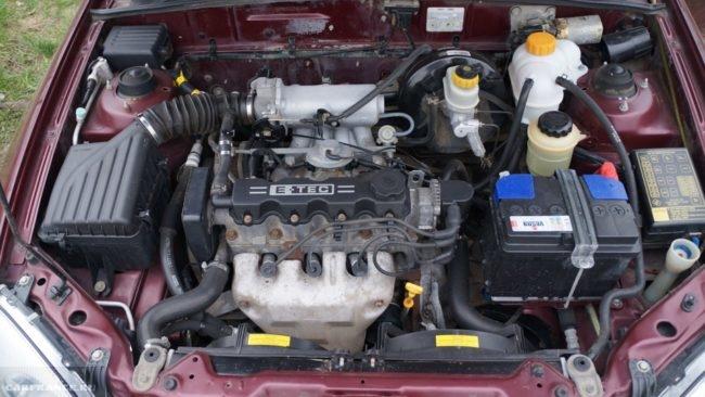 Двигатель Шевроле Ланос под капотом