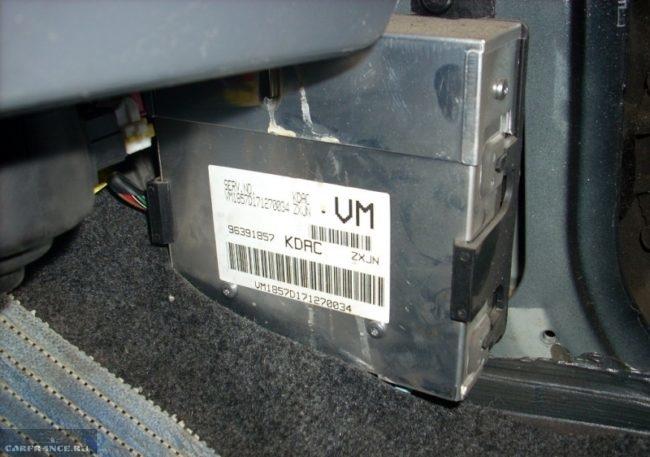 Электронный блок управления Шевроле Ланос в салоне под панелью
