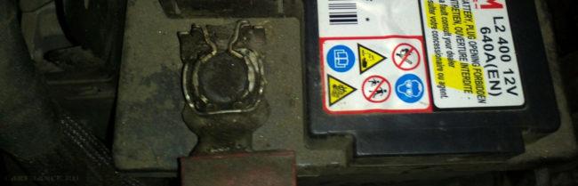 Клеммы на аккумуляторе Пежо 207 вблизи