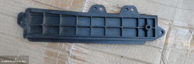 Крышка салонного фильтра на Форд Фокус 2