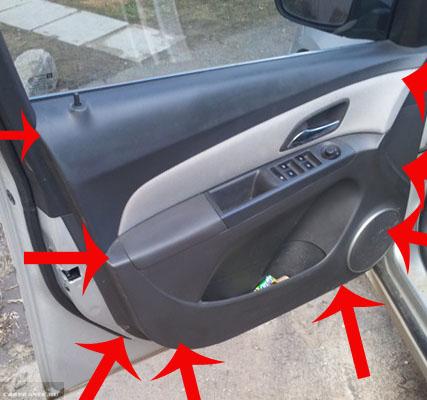 Крепление пистонов водительской обшивки на Пежо 307