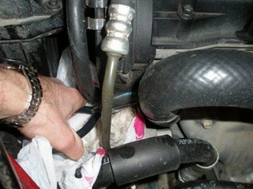 Демонтаж тонкого отводящего патрубка термостата Шевроле Лачетти