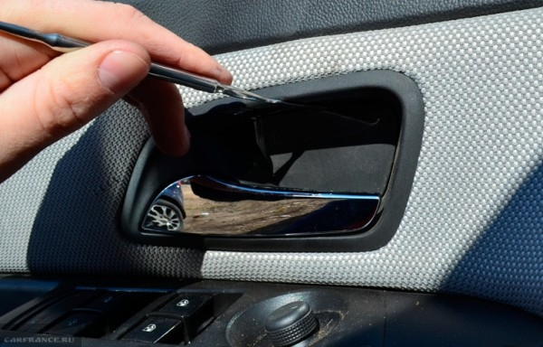 Поддеваем заглушку ручки водительской двери на Шевроле Круз