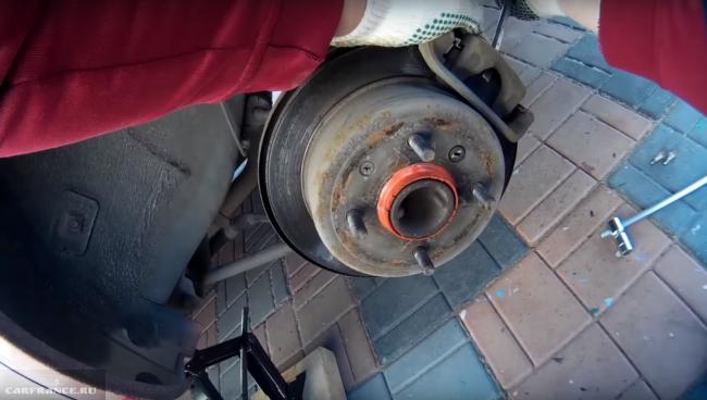 Процесс демонтажа тормозного диска Шевроле Лачетти