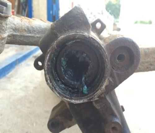 Процесс смазки резьбы и втулок задней балки Пежо 206