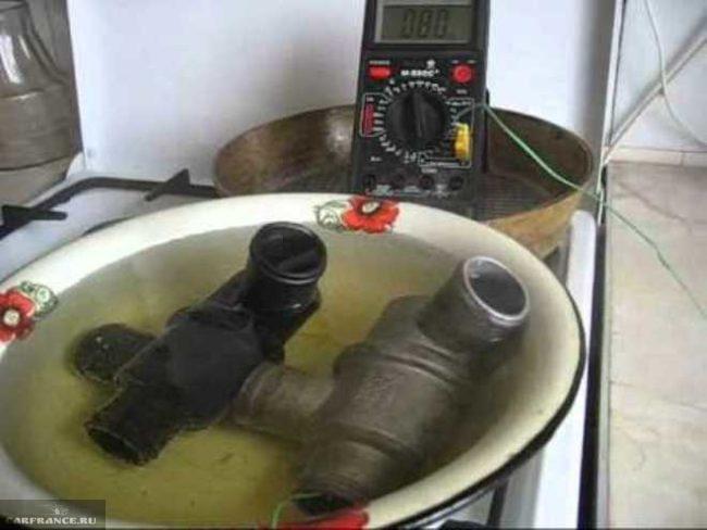 Процесс проверки термостата Шевроле Лачетти с помощью горячей воды