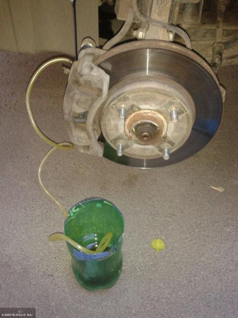 Процесс слива тормозной жидкости на Шевроле Лачетти