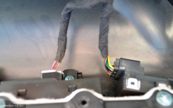 Фишки питания стеклоподъёмников на обшивке двери Шевроле Круз