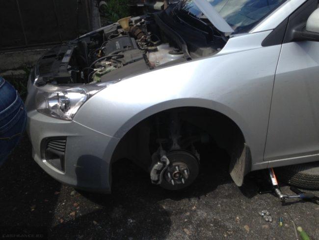 Левая сторона автомобиля Шевроле Круз без колеса