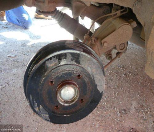Демонтаж крышки колесного диска Пежо 206