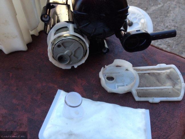 Замена топливного фильтра при снятой крышке бензонасоса Шевроле Круз