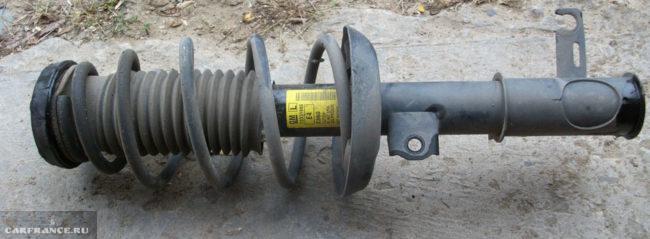 Демонтированная передняя стойка с Шевроле Круз