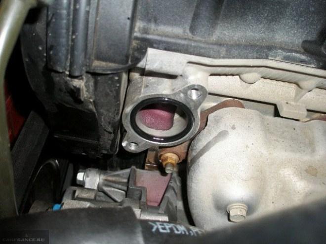Где находиться термостат в шевроле лачетти