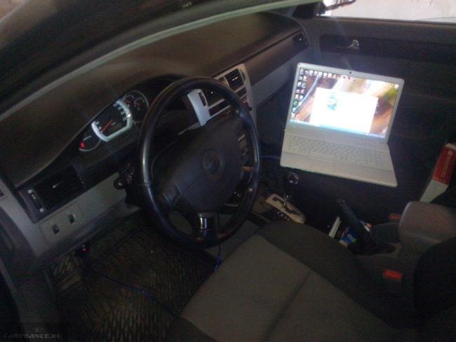 ELM327 диагностический разъём и ноутбук в Шевроле Лачетти