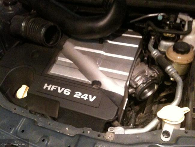 Снятый воздуховод и открытый доступ до щупа масла КПП Шевроле Каптива
