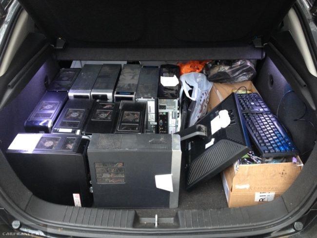 Загрузка багажника компьютерными вещами на Шевроле Круз