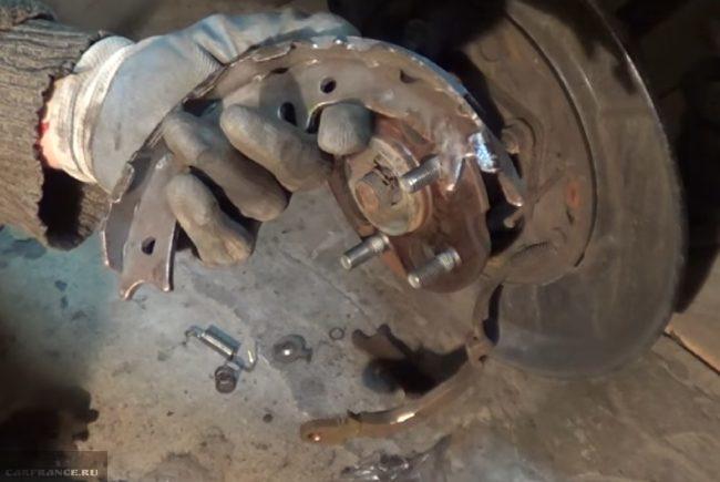Изношенные накладки на колодке стояночного тормоза Шевроле Лачетти