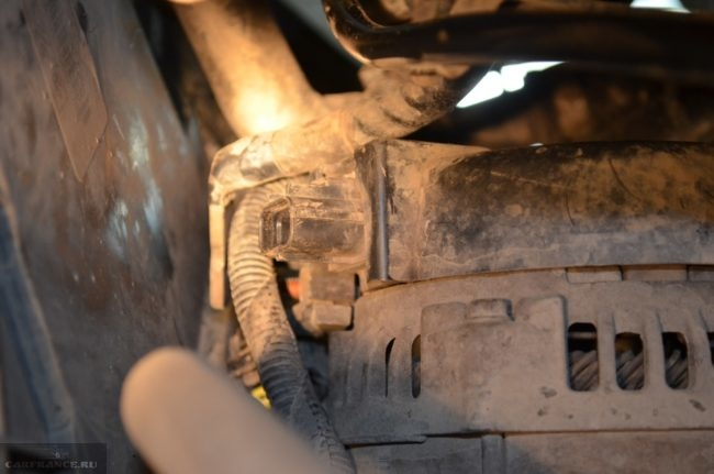 Снимаем фишку с генератора Форд Фокус 2