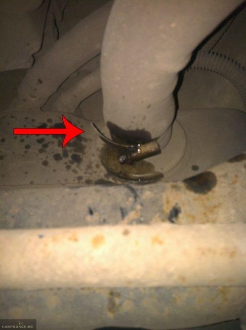 Демонтаж трубки заливной горловины Форд Фокус 2