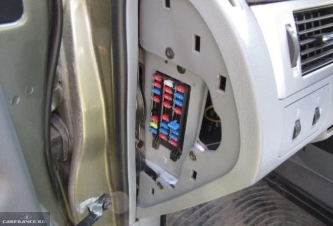 Аккумулятором проверить работу моторчика заднего вида