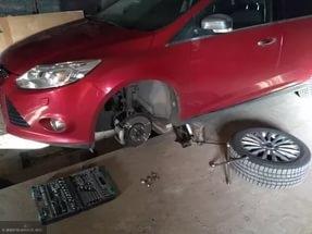 Форд Фокус без колеса на яме