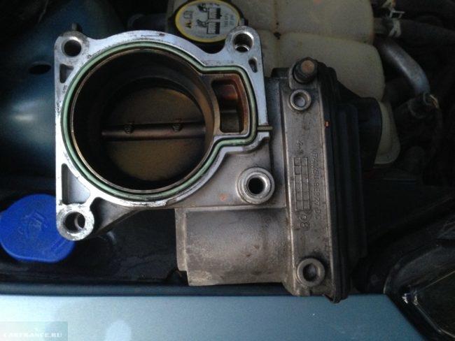 Грязный дроссельный узел Форд Фокус 2 1.8 двигатель