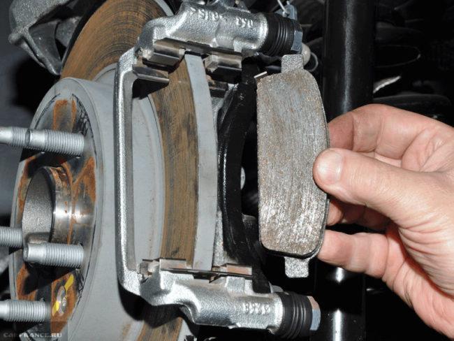 Изношенная тормозная колодка на диске Шевроле Лачетти