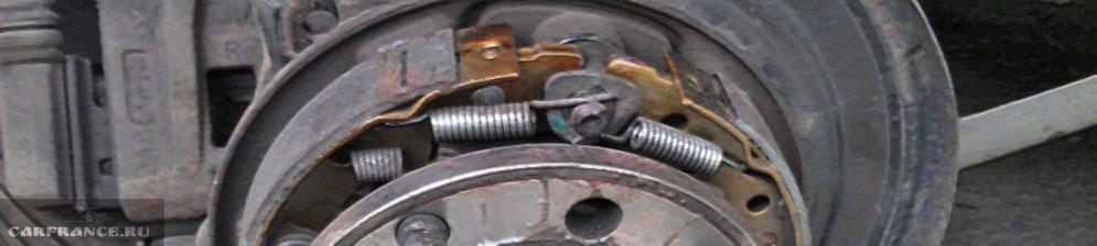 Механизм ручного тормоза на Шевроле Лачетти заднего колеса вблизи