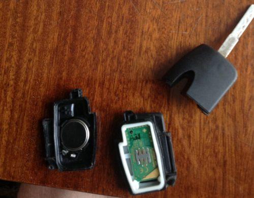 Плата, батарейка и ключ Форд фокус в разобранном состоянии вблизи