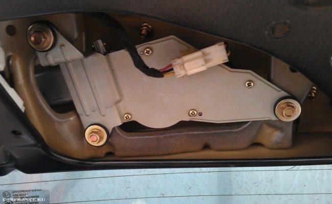 Моторчик заднего стеклоочистителя Шевроле Лачетти под обшивкой
