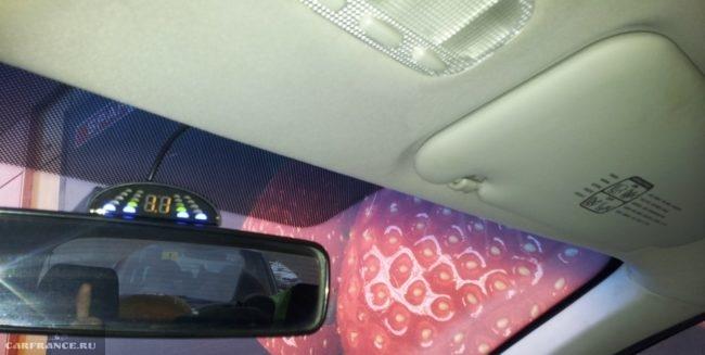 Экран парктроника на зеркале заднего вида на Пежо 307