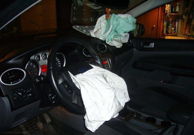 Салон Форд Фокус 2 со сработавшими подушками