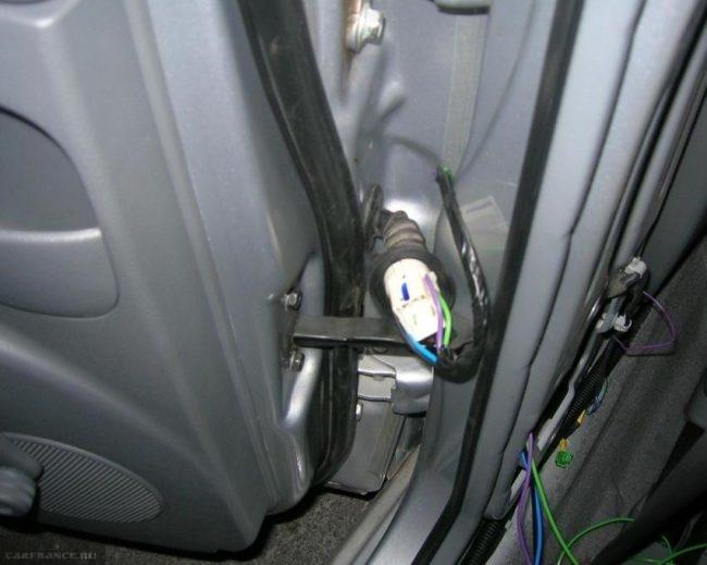 Жгут проводов стеклоподъемника между дверью и кузовом Шевроле Лачетти